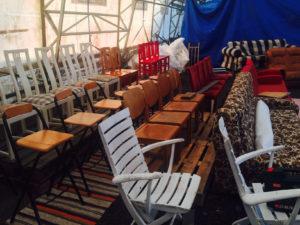 En del av läktaren möblerad av fådda stolar.