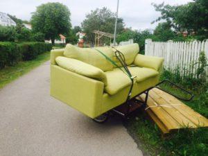 En soffa på väg från Bönekällan till Varvet.
