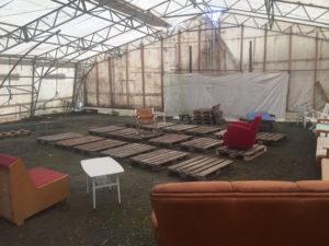 Första pallarna utlagda. Till slut blev det 24 stycken under scenen.